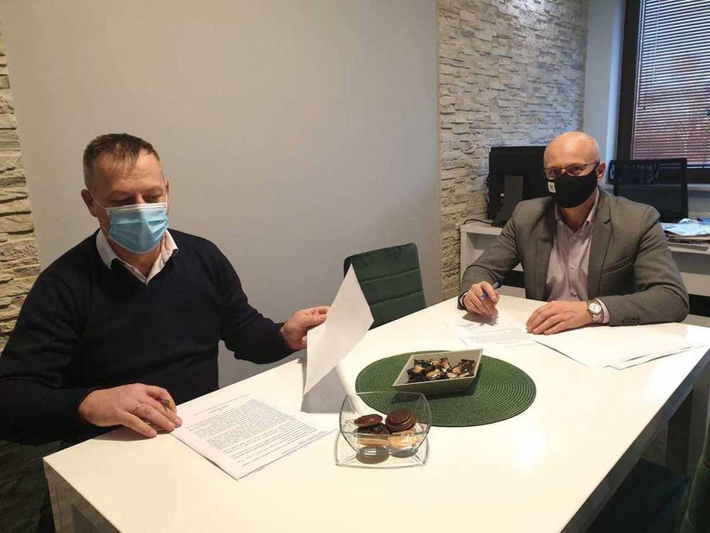 podpisywanie umowy na wietlic wiejsk w Kostkach 122020
