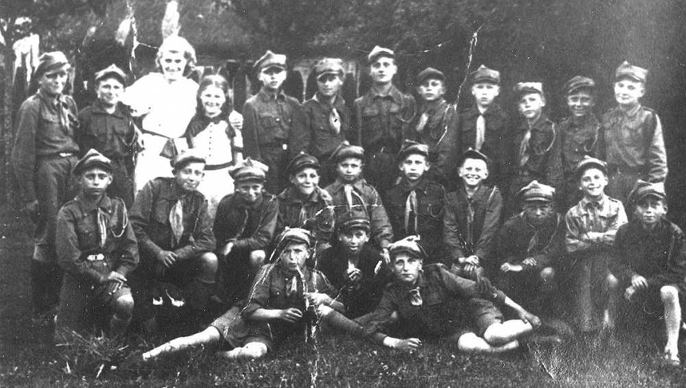 Grupa ciechanowieckich harcerzy - rok prawdopodobnie 1939. Stoją od lewej: 8. Ryszard Dybowski, 11. Czesław Dybowski